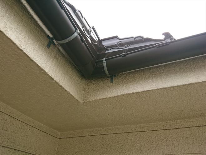飛び越えそうな雨水は専用部材で雨樋に入れます