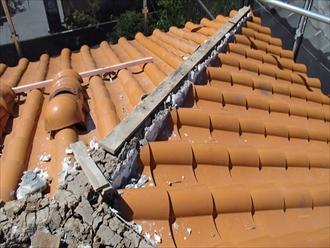 棟瓦を剥がすと芯木が見えます