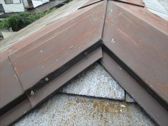 棟板金回りに補修をおこなった跡があります