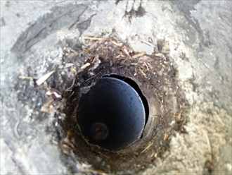 排水管が外れているので雨水が入ります