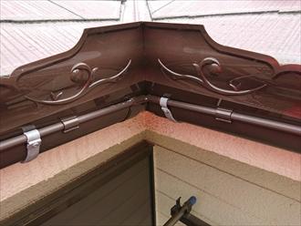 雨樋の外側に専用の部材を立てます