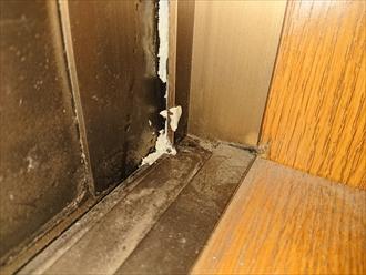 入口の扉の枠と扉本体に隙間が出来ています