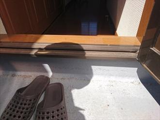 扉の下枠が怪しそうです