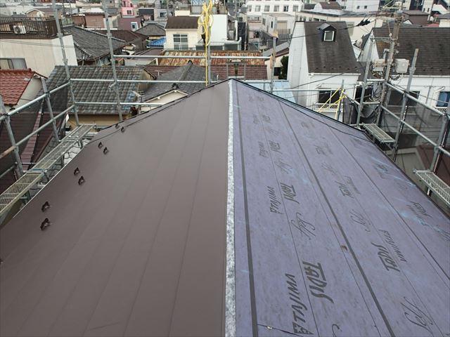墨田区東向島でスーパーガルテクトフッ素で切妻屋根に屋根カバー工事