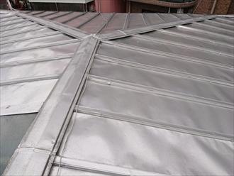 中野区上高田で雨漏りの疑いがある瓦棒葺き屋根の調査をおこないました