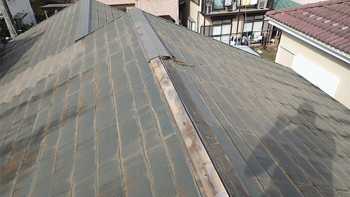 棟板金の外れたスレート屋根