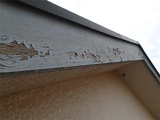 塗装の剥がれた破風板