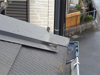 釘の抜けかけた隅棟の棟板金