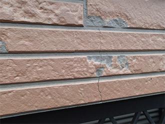 クラック(ひび割れ)のある外壁