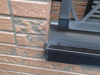 窓枠と外壁の隙間のひび割れたコーキング