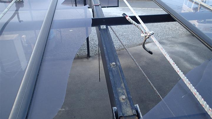 割れたアクリル板の屋根パネル
