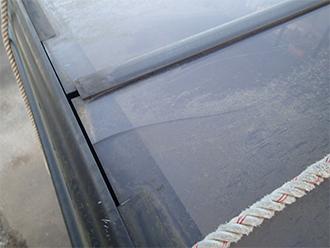 ひびの入った屋根パネル