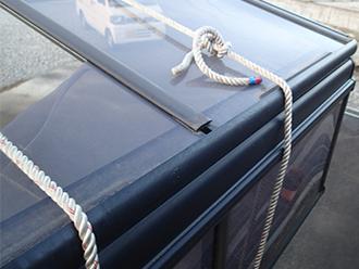 屋根の歪みを矯正するためロープで固定