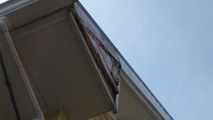かなり腐食した破風板