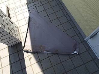 落下した破風板の板金