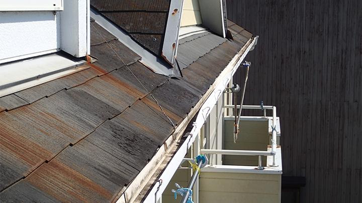 劣化したスレート屋根には錆の流れた跡も