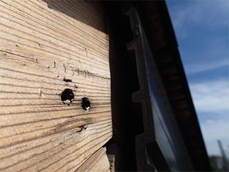 破風に残された腐食した釘穴