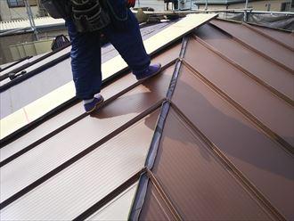 足立区東和で行った屋根葺き替え工事で新規屋根材に嵌合式の金属屋根材スタンビー455を設置