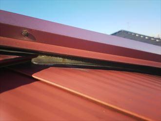足立区東和で行った屋根調査で排水不良の原因となる棟板金と屋根材の接合部分のコーキング処理