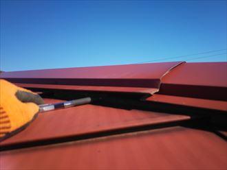 足立区東和で行った屋根調査で棟板金が浮いており強風や突風の被害に遭い飛散する危険性があります