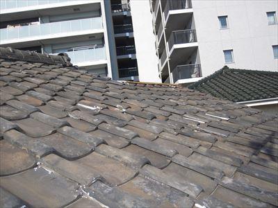築45年の瓦屋根で所々に手当てを形跡があります