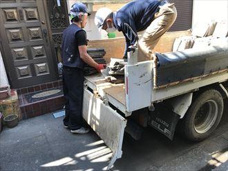 降ろした瓦を運搬車に積み込み
