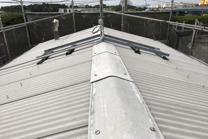 江東区新木場で築40年の倉庫の屋根葺き替え工事、ユニック車を使用しての作業