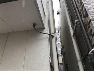 ベランダ下の雨樋が破損し応急処置