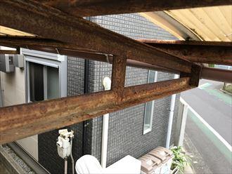 駐車場屋根支柱の鉄さび