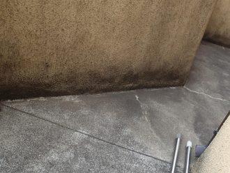 劣化したバルコニー床面