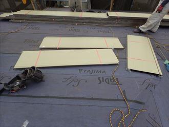 足立区東和で行った屋根葺き替え工事で墨付け終了後、新規屋根材を荷揚げします