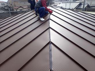 足立区東和で行った屋根葺き替え工事で屋根材の棟部分を立ち上げ止水・防水処理を行います