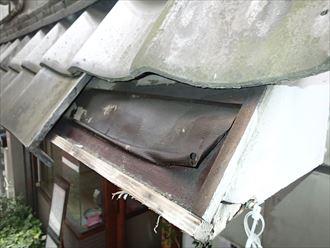 瓦屋根が2枚欠損