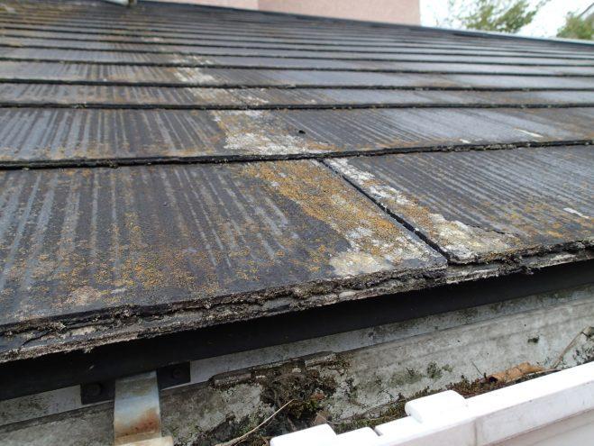 屋根の塗装が剥げている