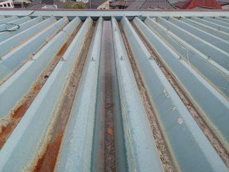 水が溜まった折板屋根