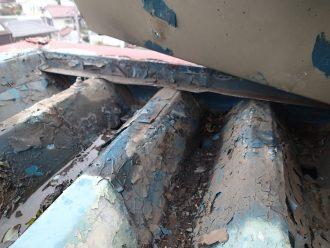 塗装の剥がれた金属屋根