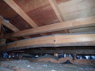 足立区東和で雨漏り調査を行い小屋裏に雨染み