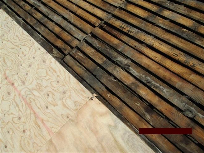 古い杉板の下地は傷んでいます