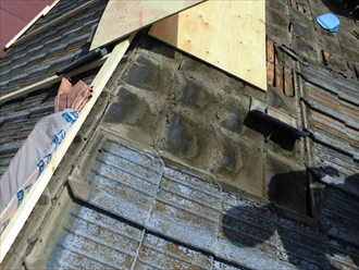 古い防水紙はボロボロになっています