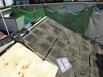 足場を作りながらセメント瓦を剥がしていきます