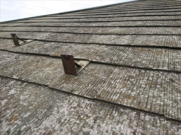 スレート葺き屋根の傷み具合を確認