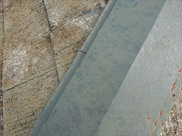 棟板金の斑点は雹がぶつかった跡です