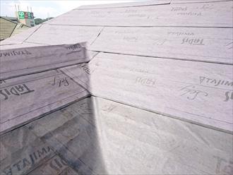 屋根カバー工事には低粘着タイプを使用します