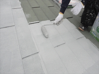 下塗り材で屋根を一旦真っ白にします