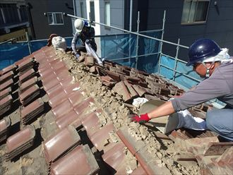 墨田区京島で瓦屋根から軽量金属屋根への葺き替え工事、重い瓦を撤去しました