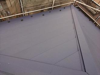 棟板金を設置して屋根工事が完成です