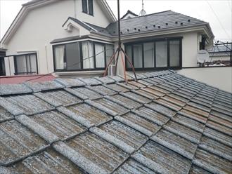 雨漏りしているセメント瓦屋根