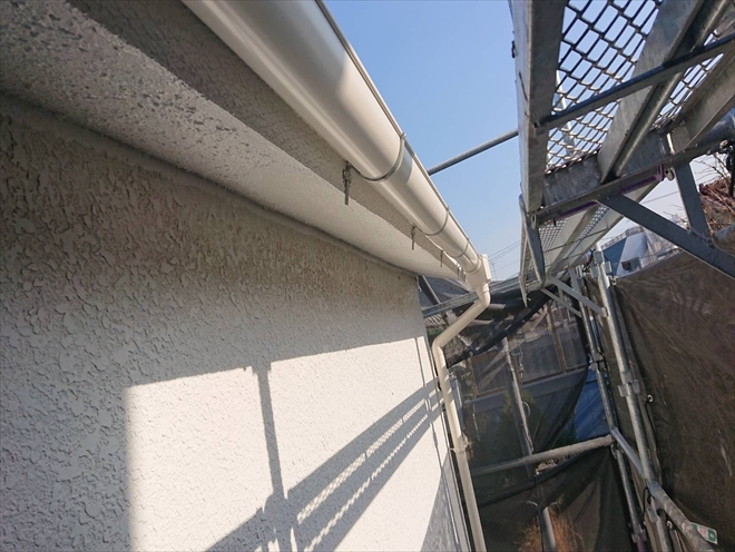 軒天補修が完了したら雨樋を吊って完成です