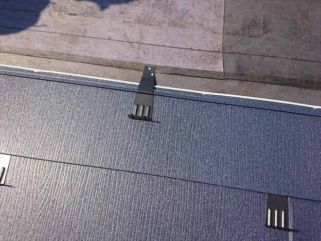 段差にピッタリ嵌り屋根に固定します