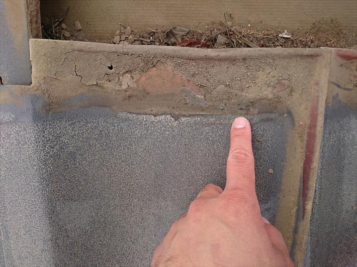 瓦のここに土が詰まると雨水が流れにくくなります